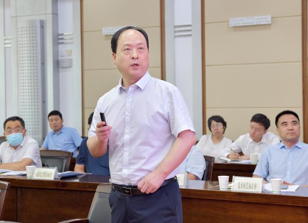 5、副校长韦革宏汇报学校科技创新工作--支勇平摄影.JPG